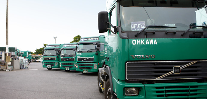 大川運輸の複数のトラック