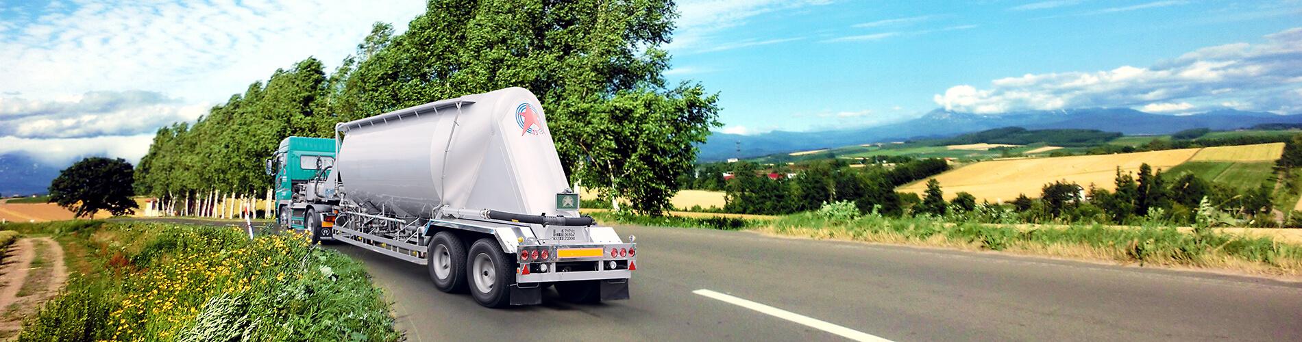 丘陵地を走る粉粒体運搬トレーラ