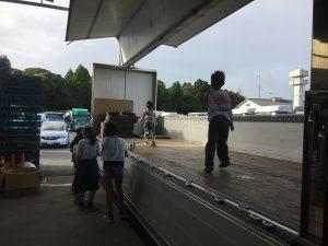 ウィング車の荷台で遊ぶ子供たち